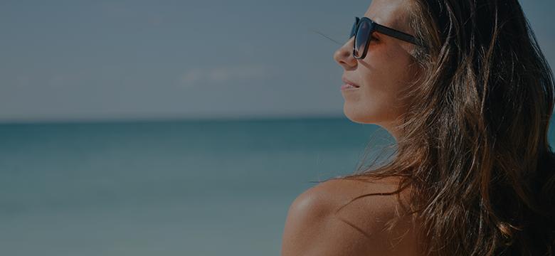 海辺で日光浴を楽しむ女性の横顔