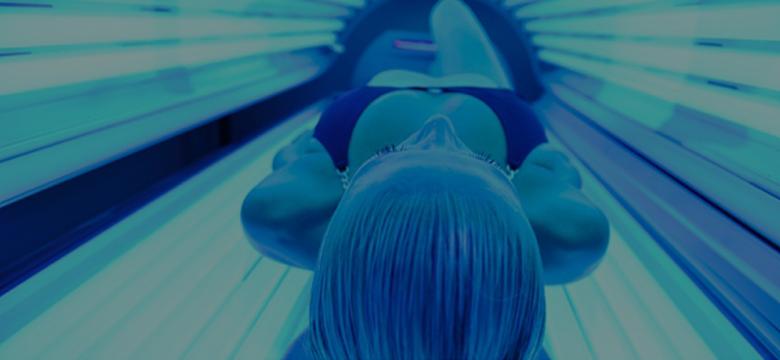ベッド型日焼けマシンの中に入っている女性の写真